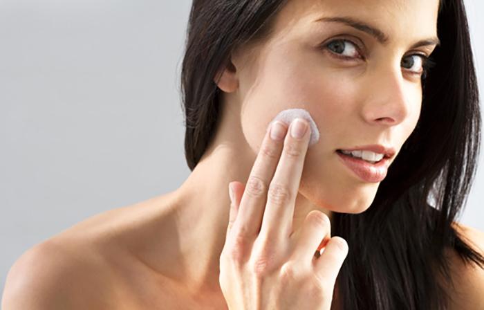 Чем убрать темные круги под глазами при макияже