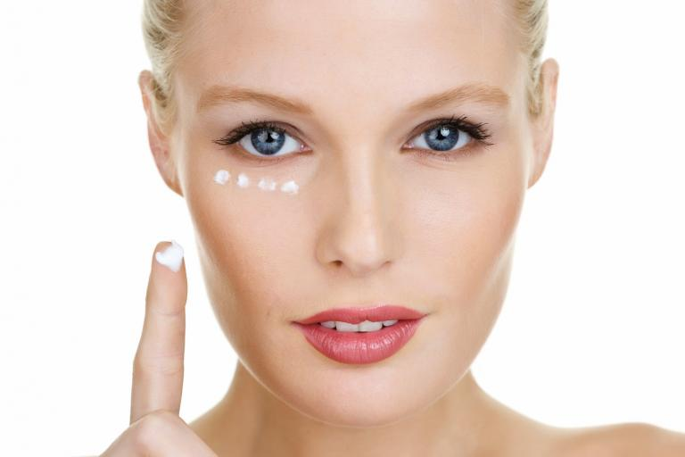 Тональный крем для зоны вокруг глаз должен быть легким и очень качественным, чтобы идеально ложиться и растушевываться, не забиваясь в мелки складочки кожи.